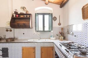 A kitchen or kitchenette at House with 6 bedrooms in Chiaramonte Gulfi with wonderful mountain view shared pool enclosed garden 20 km from the beach