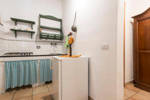 A kitchen or kitchenette at Apartment with 5 bedrooms in Chiaramonte Gulfi with shared pool enclosed garden and WiFi 20 km from the beach