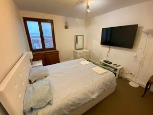 Postel nebo postele na pokoji v ubytování Royal Lazienki Apartment