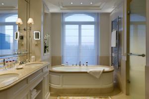 Ванная комната в Beau-Rivage Palace