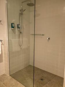 A bathroom at Nagambie Waterfront Motel