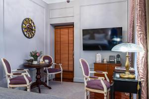 Телевизор и/или развлекательный центр в Отель Гельвеция