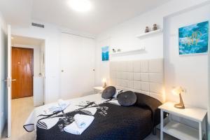 Gulta vai gultas numurā naktsmītnē TROPIC MAR Levante beach apartments
