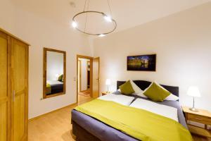 Ein Bett oder Betten in einem Zimmer der Unterkunft Ferienwohnungen Burg im Zwinger