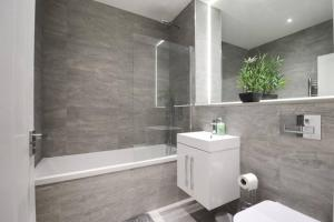 A bathroom at Luxury 1 Bed Flat in St Albans, Modern, WiFi, Six Minutes from Train Station