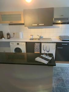 A kitchen or kitchenette at Sunny appartment Green Park residence