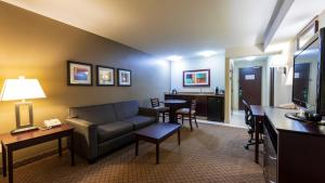 A seating area at Holiday Inn Hotel and Suites-Kamloops, an IHG Hotel