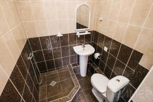 """Ванная комната в Семейный гостевой дом """"Самотлорские ночи"""""""