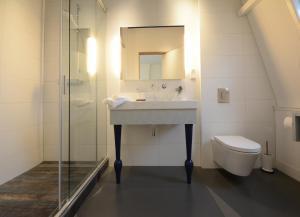 A bathroom at Het Blauwe Uur
