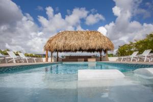 A piscina localizada em Nieuwe Villa Vista Royal Jan Thiel ou nos arredores