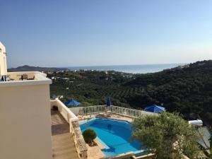 Vue sur la piscine de l'établissement Ilios Village ou sur une piscine à proximité