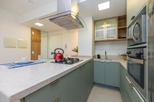 A kitchen or kitchenette at Studio incrível no Trend City Center, requinte e conforto.