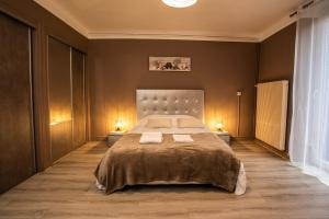 A bed or beds in a room at L'écluse, terrasse, parking gratuit - Home-One