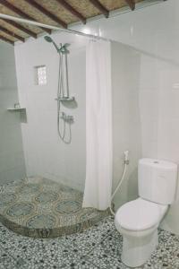 Salle de bains dans l'établissement Mertasari Bungalows