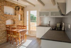 Cuisine ou kitchenette dans l'établissement Le mas des oliviers: Gite de charme , propriété privée d 'exception au cœur des Cévennes