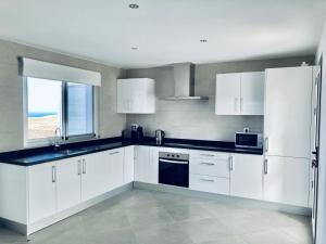 Kuchyň nebo kuchyňský kout v ubytování Casa Achaman - Contemporary style villa with outstanding views