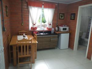 A kitchen or kitchenette at Pousada do Bosque Bento