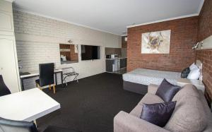 A seating area at Albury Townhouse Motel