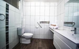A bathroom at Albury Townhouse Motel