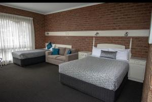 A bed or beds in a room at Albury Townhouse Motel