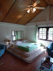 A bed or beds in a room at Baan Orchid Guesthouse