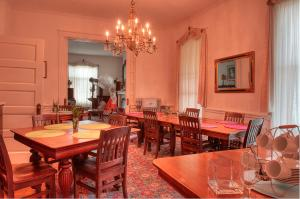 A restaurant or other place to eat at The Jackie O' House Bed and Breakfast