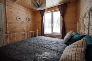 A bed or beds in a room at Усадьба Гребнево