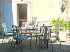 A restaurant or other place to eat at Apartment with one bedroom in SaintRemydeProvence with shared pool enclosed garden and WiFi