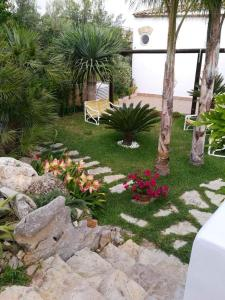 A garden outside Apartment with one bedroom in Palermo with WiFi