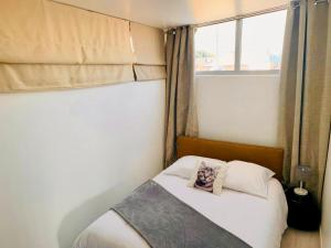 A bed or beds in a room at Les Remparts Antibes Location