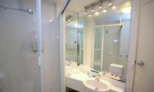 A bathroom at Madison Tower Mill Hotel