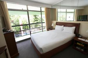 A bed or beds in a room at Madison Tower Mill Hotel