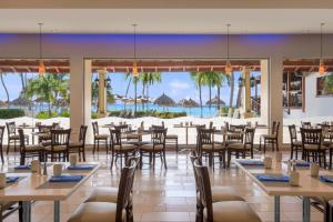 A restaurant or other place to eat at Holiday Inn Resort Aruba - Beach Resort & Casino