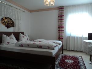 Een bed of bedden in een kamer bij Hotel Garni Demmel