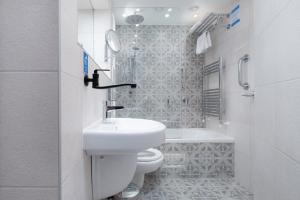 A bathroom at Roxford Lodge Hotel