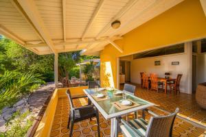 Um restaurante ou outro lugar para comer em Piscadera Bay Resort 91