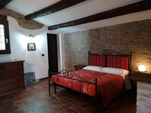 A bed or beds in a room at Casale Belriguardo