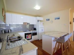 A kitchen or kitchenette at Aranda 3/25 Townsend Street