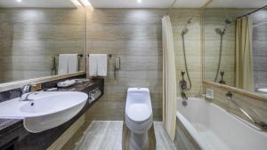 A bathroom at Crowne Plaza Foshan, an IHG Hotel