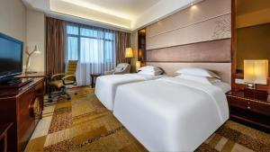 A bed or beds in a room at Crowne Plaza Foshan, an IHG Hotel