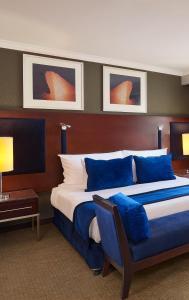 سرير أو أسرّة في غرفة في فندق راديسون بلو القاهرة هليوبوليس