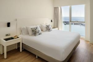 A bed or beds in a room at Arrecife Gran Hotel & Spa