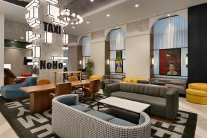 The lounge or bar area at DoubleTree by Hilton New York Downtown