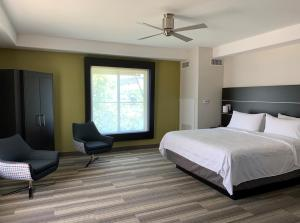 A bed or beds in a room at Holiday Inn Express Hotel & Suites El Dorado Hills, an IHG hotel