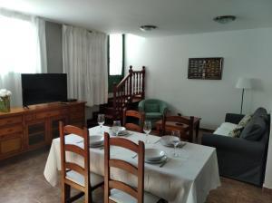 A restaurant or other place to eat at Apartamentos Casa Cipri