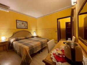A bed or beds in a room at Hotel Berti