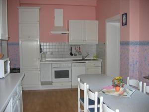 Küche/Küchenzeile in der Unterkunft Wohnung Elbmündung