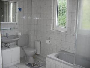 Ein Badezimmer in der Unterkunft Wohnung Elbmündung