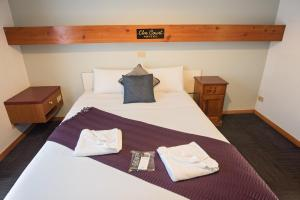 A bed or beds in a room at Elm Court Motel