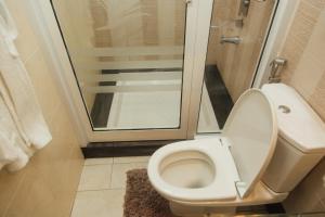 A bathroom at Hill View Hotel Mbeya